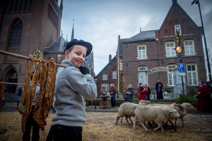 Een jonge palingroker brengt zijn waar aan de man tegenover de Ewaldenkerk in 2016.