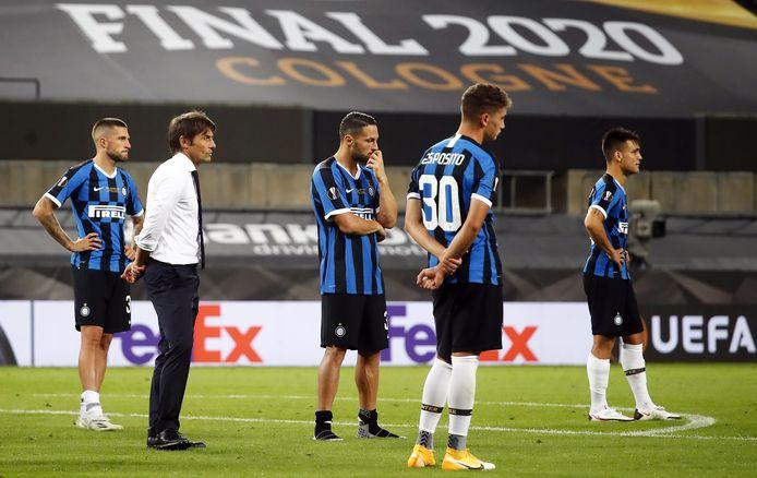 Coach Antonio Conte en zijn spelers wachten na de nederlaag in de finale in Keulen op de prijsuitreiking.