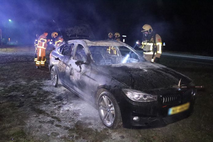 De brandweer doet een nacontrole bij de autobrand langs de Arnhemseweg bij Beekbergen.