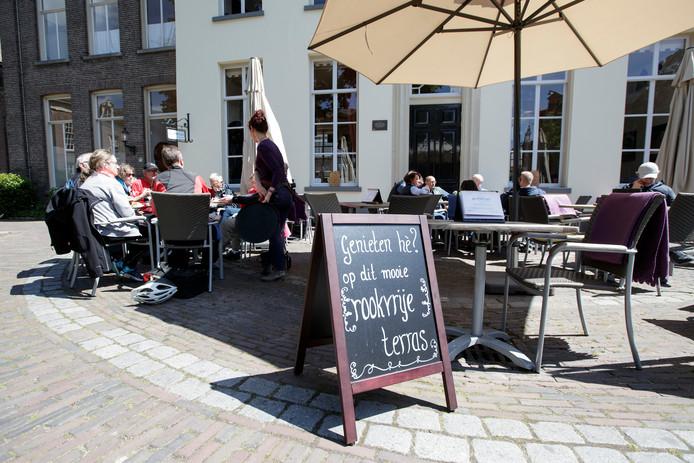 Het Genietcafe op het Oude Borhof in Zutphen maakt duidelijk dat het vanaf dit jaar een rookvrij terras is.