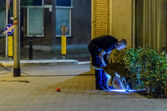 De politie zocht naar sporen met de hulp van een hond.