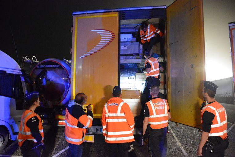 Archiefbeeld van een actie tegen transmigranten. Afgelopen nacht zijn er opnieuw 61 transmigranten opgepakt op de toegangswegen richting Zeebrugge. Het resultaat van een tweede grootschalige gecoördineerde actie om de problematiek in te dijken.