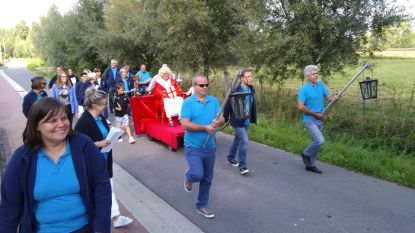 Plosj-bewoners houden ludieke processie bij rivaliserende clan op 'Den Beirg'
