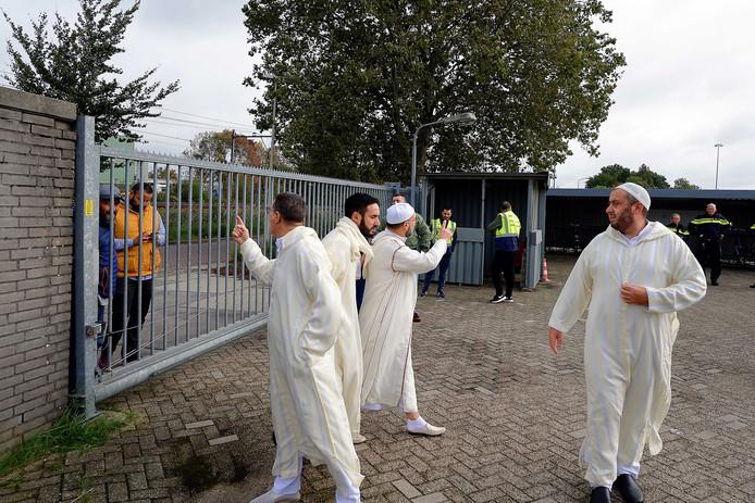 Het moskeebestuur gaat met twee vroege demonstranten in gesprek voordat de nieuwe Marokkaanse moskee aan de Wattweg wordt geopend.