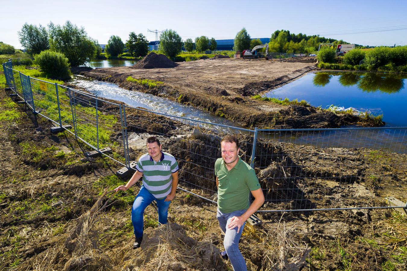 Jan-Willem Baaijens en Bas Kuijpers voor de plek in het Zuiderkanaal waar het nieuwe gemaal gaat komen. De dam ligt er al, alleen is een smalle sloot open gelaten zodat het water nu nog in de oude situatie kan stromen.