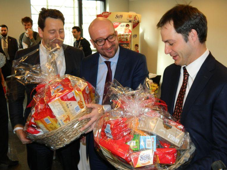 Op het einde van het bezoek kregen Michel en De Croo elk een grote mand koekjes mee naar huis.