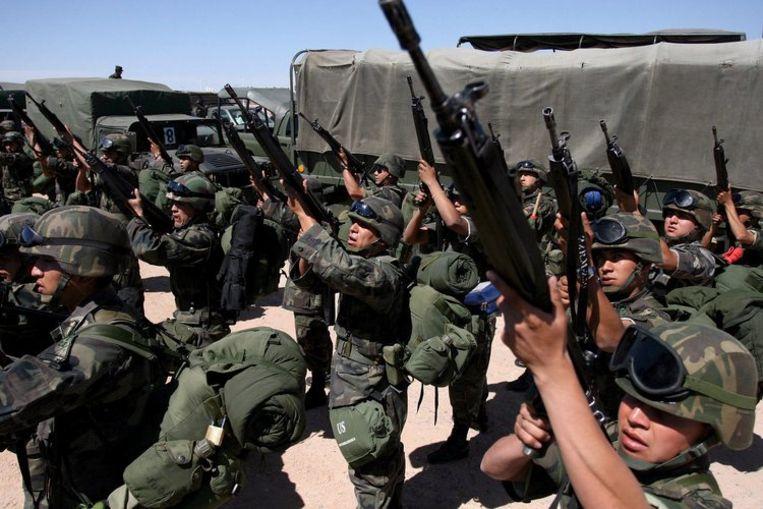 29 maart 2008: Mexicaanse soldaten bereiden een aanval voor op drugssmokkelaars in Ciudad Juarez. Foto EPA/Guillermo Perea Beeld
