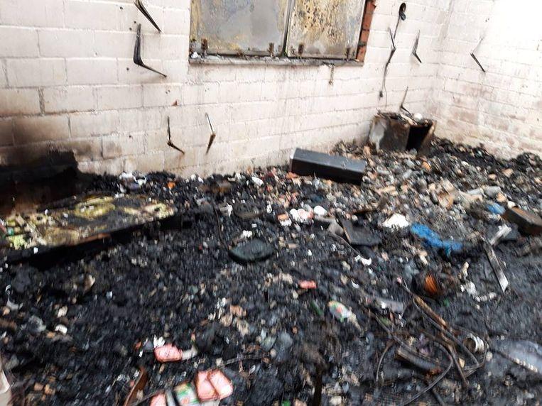 De schade binnen in de kantine is groot na de brand.