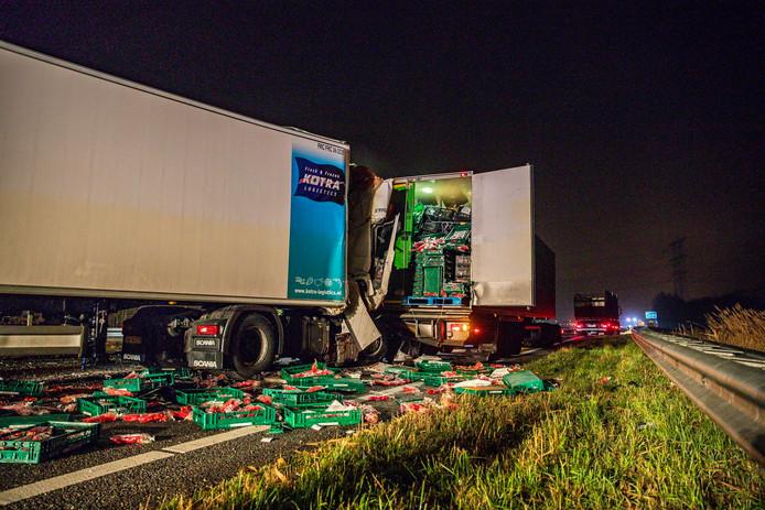 De schade na het ongeluk op de A59 bij Oosterhout.