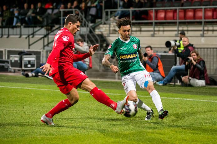 FC Twente-speler Rafael Ramos (links) in duel met Brendon Ottewill van FC Dodrecht.