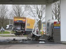 Vrachtwagen rijdt in op tankstation bij Woudenberg