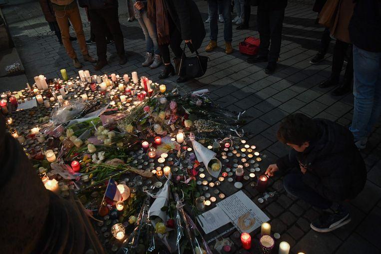 Kaarsen op de plek van de aanslag in Straatsburg. Er vielen drie doden. Beeld AFP