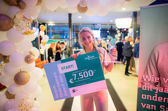 Anouk Tanke met haar prijs.
