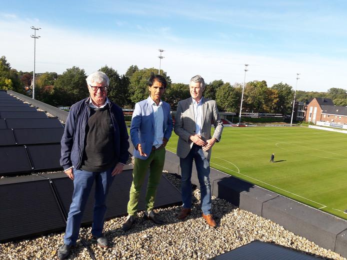 Wethouder Nelson Verheul op het Treffers-dak, geflankeerd door bestuurslid Jan Verbeet (links) en voorzitter Bert Janssen.