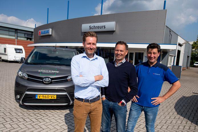 Het autobedrijf van de broers Dennis (links) en Ramon (midden) Schreurs bestaat 30 jaar. Samen met Martin Bakker hebben ze nog een nieuw bedrijf opgericht.