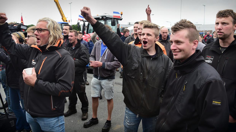 Boeren blokkeren vrijdag het distributiecentrum van Albert Heijn in Zwolle uit protest tegen de aangekondigde                          veevoermaatregel om de stikstofuitstoot te verminderen. Beeld Marcel van den Bergh / de Volkskrant