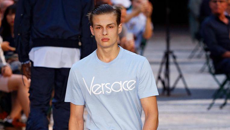 Een model vertegenwoordigt de nieuwste Versace-mode tijdens de mannenmodeweek in Milaan. Beeld Peter Stigter.