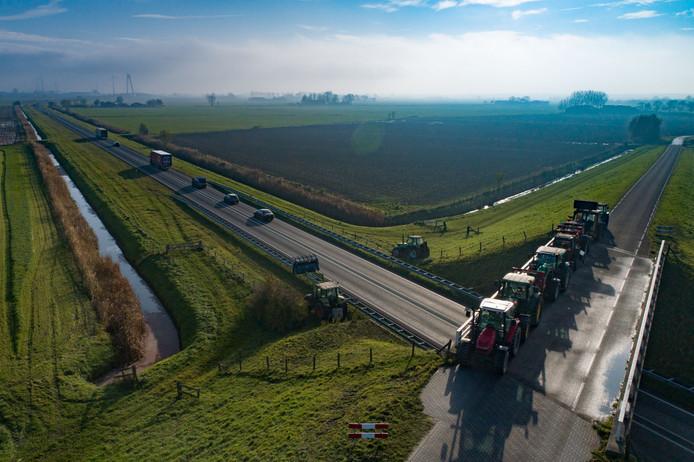 Tractors boven de N50 op het Kampereiland bij Kampen.