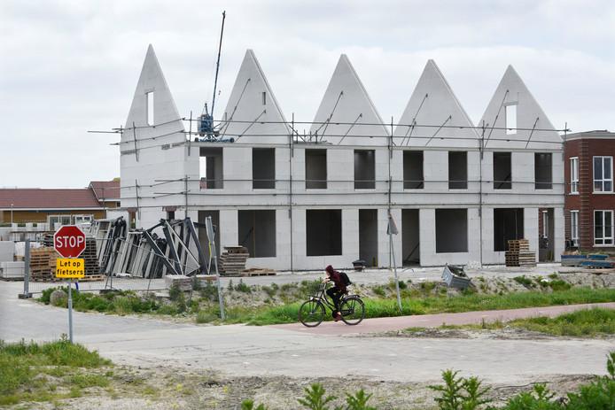 Op veel plaatsen worden volop huizen gebouwd.