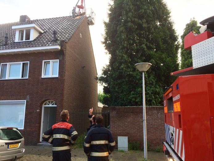 In de Laagstraat in Eindhoven was vrijdagochtend de bliksem in de schoorsteen van een woning geslagen.