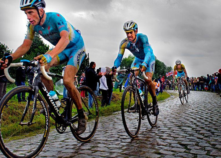 Vincenzo Nibali van Astana (in de gele trui) wordt vooraf gegaan door zijn ploeggenoten Lieuwe Westra (voor) en Jakob Fuglsang. Westra hielp Nibali als knecht aan de Tourzege van 2014. Beeld Klaas Jan van der Weij/de Volkskrant