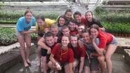 Met tientallen tegelijk douchen tussen de kasplantjes: 100 Chirojongeren kamperen in Nevels sierteeltbedrijf
