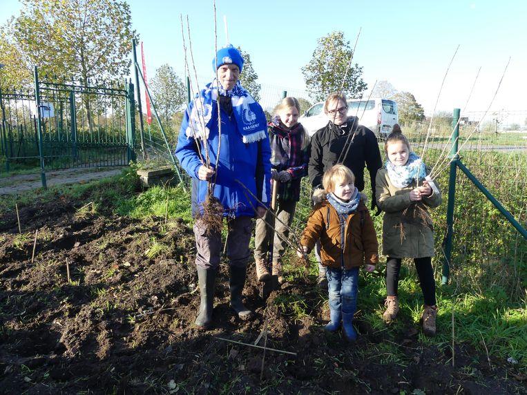 Barbe Ryckaert met haar kindjes Berthe, Mare en Jaro kregen hulp van Eddy bij het planten van de bessentunnel.