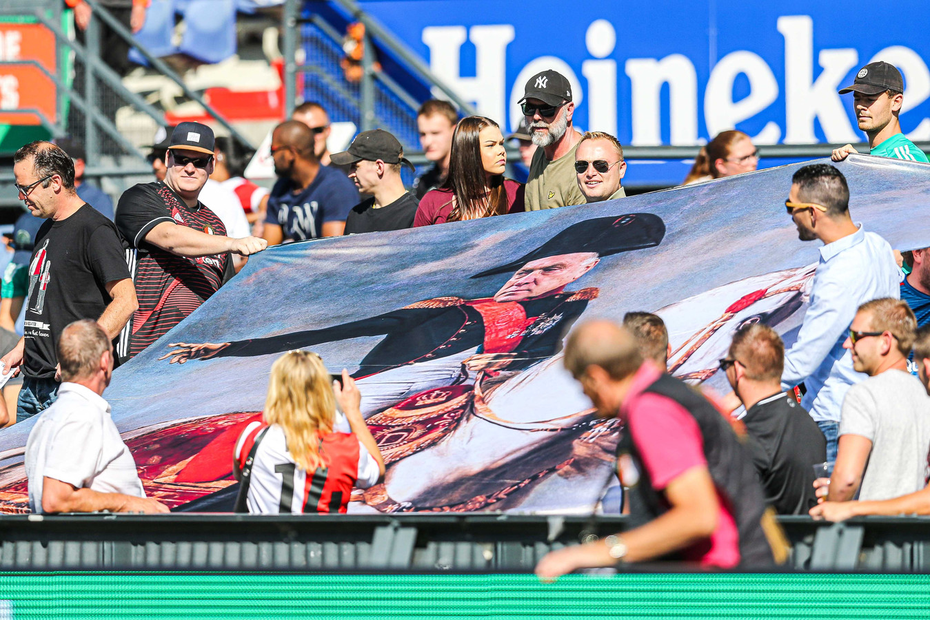 Supporters tonen een vlag met een beeld van Dick Advocaat als generaal tijdens de Nederlandse Eredivisie-wedstrijd tussen Feyenoord Rotterdam en FC Twente Enschede in de Kuip.