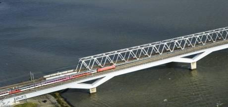 Megaklus aan Moerdijkbrug: schermen moeten snelle treinen tot windkracht 7 à 8 uit de wind houden