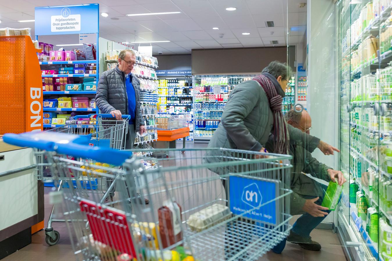 Jan Denissen (71) wacht keurig op z'n beurt om ook zijn boodschappen te pakken.