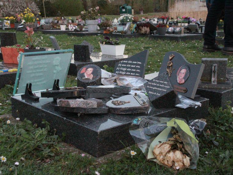 Een vandaal sloeg tientallen grafzerken op de nieuwe begraafplaats in Wevelgem kapot.