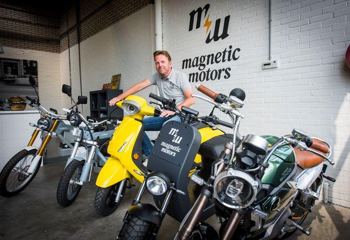 Sam Abbing van Magnetic Motors bij zijn tweewielers: (vlnr) tweemaal de Cake-motoren, de gele Kumpan, de zwart ME en de café-racer van het merk Super Soco.