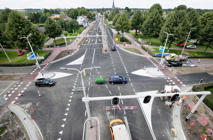 Vrijdag werd de laatste hand gelegd aan de nieuwe kruising bij de Spoorstraat in Dorst.