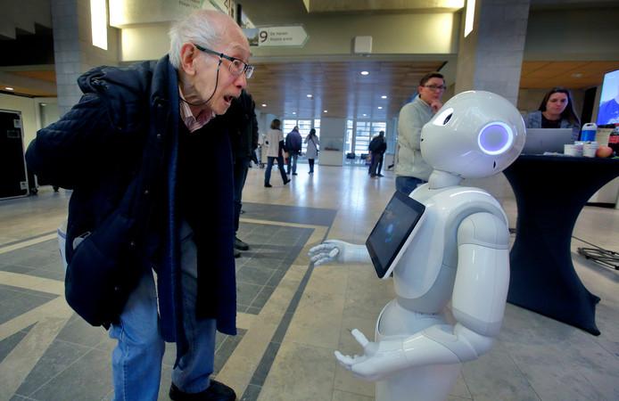 ,,Tan. T-A-N!'' Zorgrobot Phi heeft zojuist aan Liam Tan (89) gevraagd hoe hij heet. Phi werkt normaal bij zorgorganisatie Philadelphia, maar was gisteren op bezoek in het ASz.