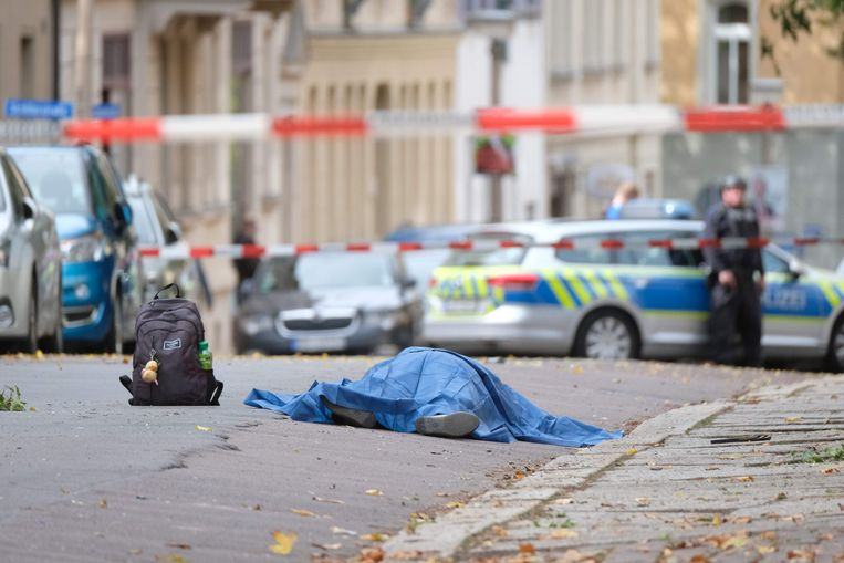 Een slachtoffer van de schietpartij in het Duitse Halle ligt op straat. Beeld AFP