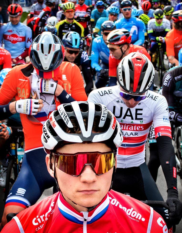 Mathieu van der Poel voor de start van Dwars door Vlaanderen. Beeld Klaas Jan van der Weij / de Volkskrant