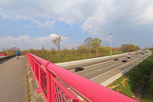 TERNAT: De gemeente stelt voor om de oprit richting Brussel te verlengen tot voorbij deze brug van de Vitseroelstraat.