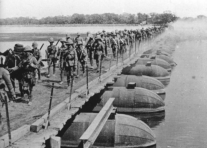Eerste Wereldoorlog. Slag om Gallipoli. Britse soldaten van de 29e divisie lopen over een pontonbrug.