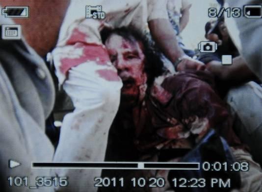 Premier cliché de la capture de Mouammar Kadhafi prise par un photographe de l'AFP qui a pris en photo l'écran du téléphone portable d'un combattant du CNT.