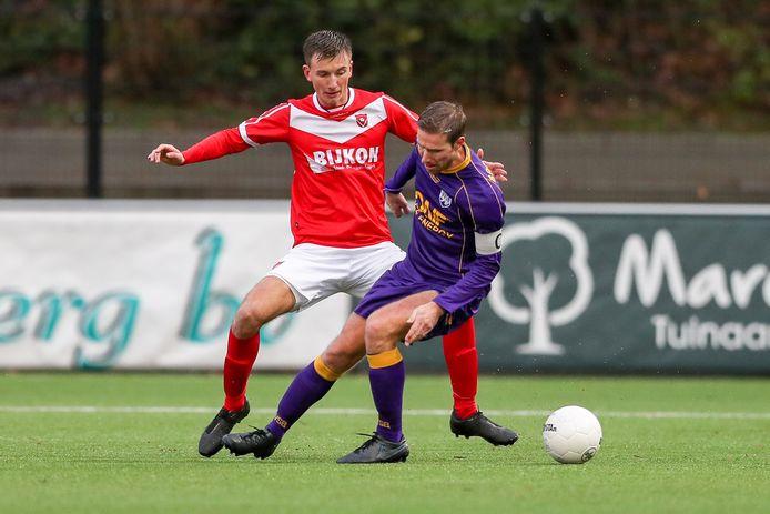 Bas van Wijnen - links, namens Harkemase Boys in duel met Frans van Niel van VVSB - keert na een jaartje Friesland terug in Zwolle.