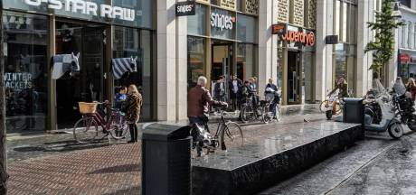 Fietsers en scooterbestuurders opnieuw bekeurd in centrum Enschede