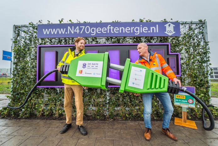 Gedeputeerde Floor Vermeulen (links) en Boskalis-directeur David Vermeire nemen de 'groene batterij' in gebruik, waarmee de N470 officieel is voltooid.