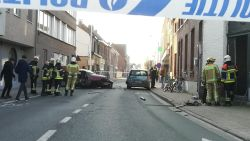 Auto crasht zwaar tegen gevel na politieachtervolging, ook schot gelost