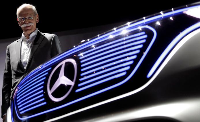 Dieter Zetsche, CEO van moederbedrijf Daimler, poseert naast een nieuw model van Mercedes-Benz