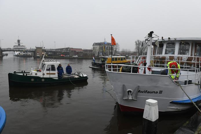 Om ruimte te creëren voor de Lady S moet een boot van Avifauna worden weggesleept.