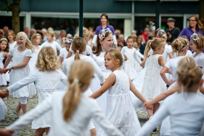 Volledig in het wit zingen en dansen ruim 100 prachtige Pinksterbruidjes jaarlijks tijdens het tradtionele evenement.
