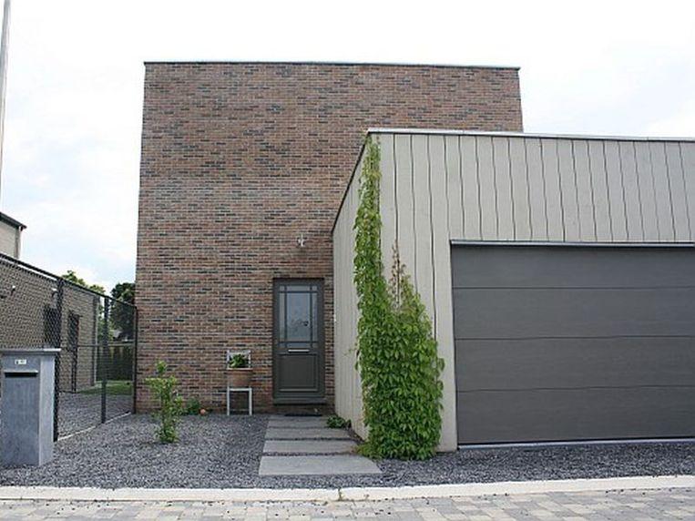 Aan de voorzijde werd het woonvolume aangevuld met een garage, eveneens op basis van een metalen constructie.