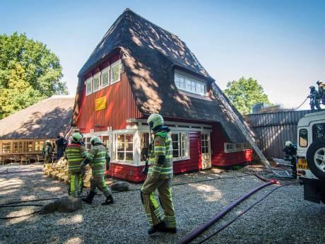 Brand in rieten kap van Theehuis Rhijnauwen