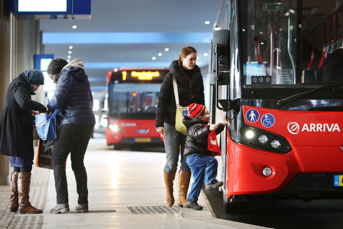 Bussen van Arriva op het NS-station in Breda.