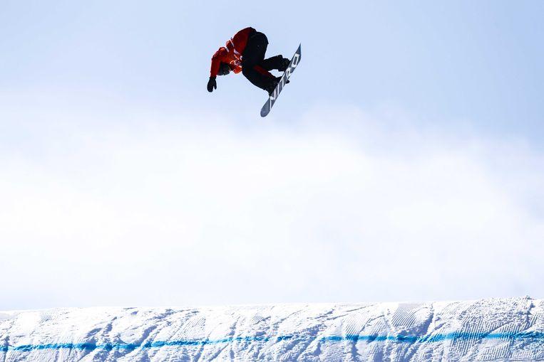 Niek van der Velden met een hoogstandje op zijn snowboard. Beeld ANP